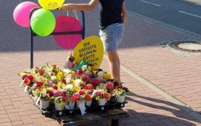 Der Nachwuchs beim Verteilen der Sträuße zur Aktion *Größte Blumengeste Deutschl…